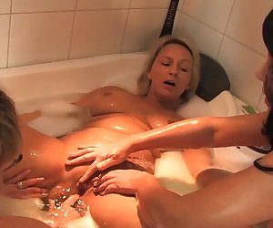 Geile reife Lesben im Bad
